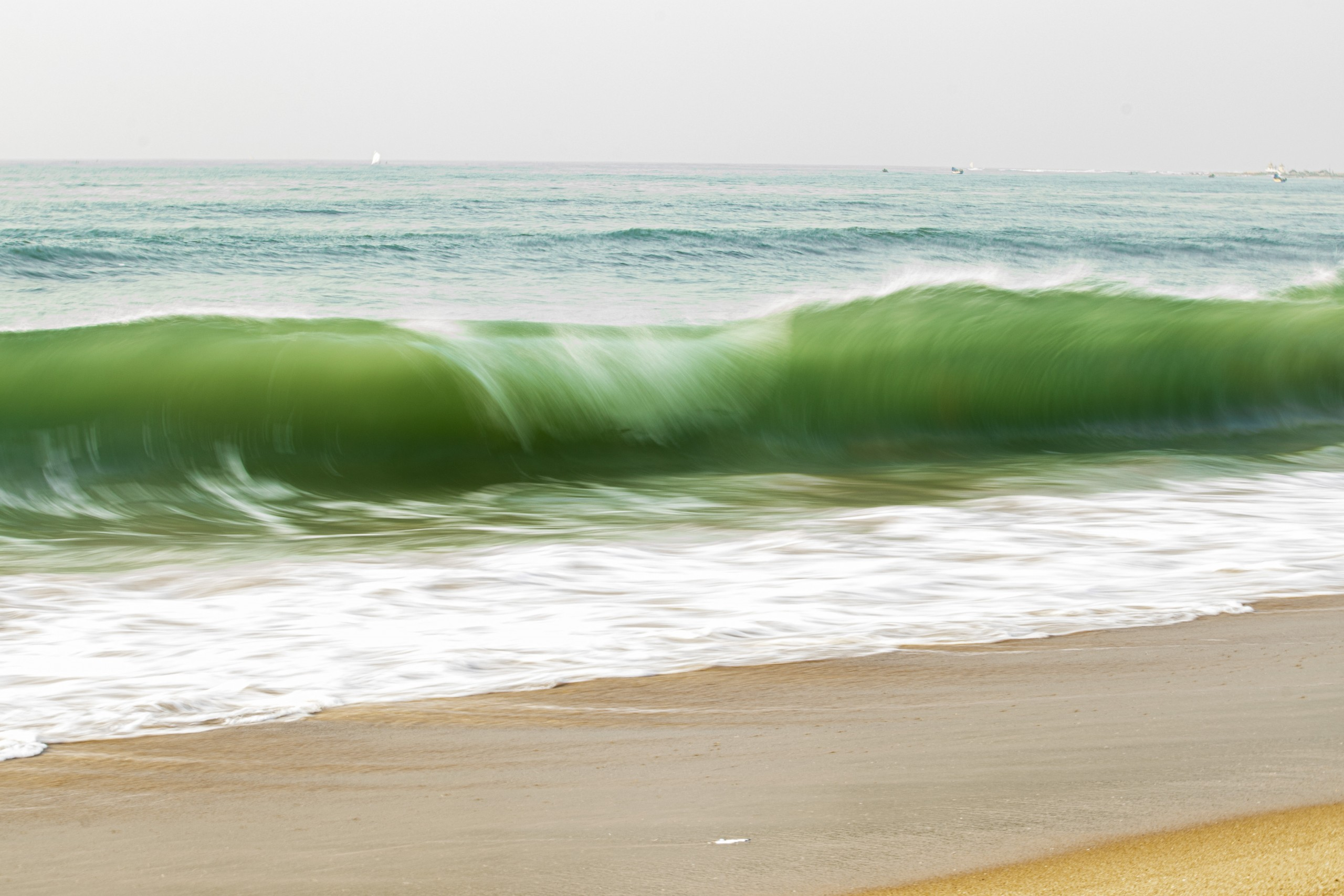 Long exposure of a tossing wave