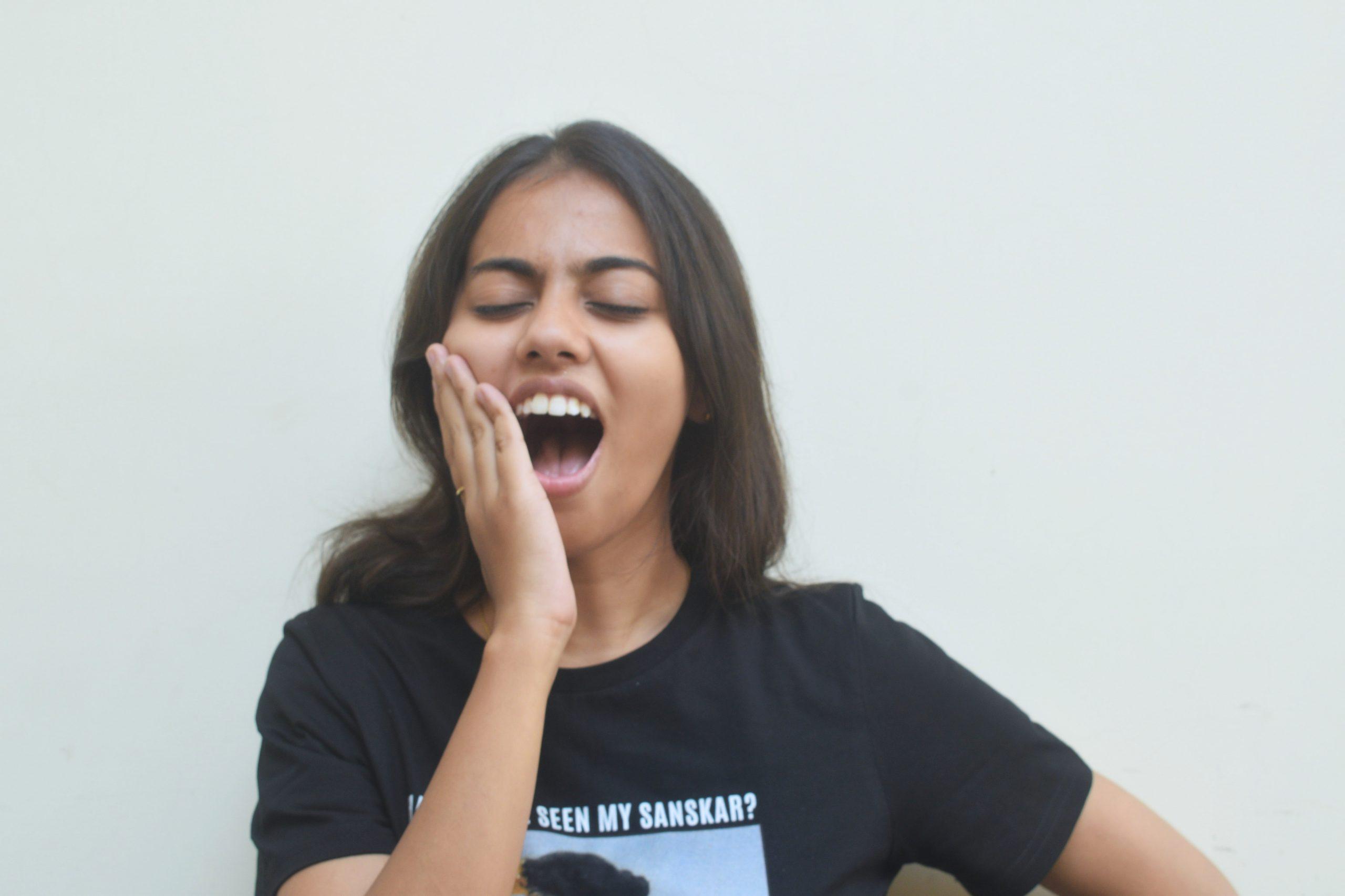 girl having dental pain