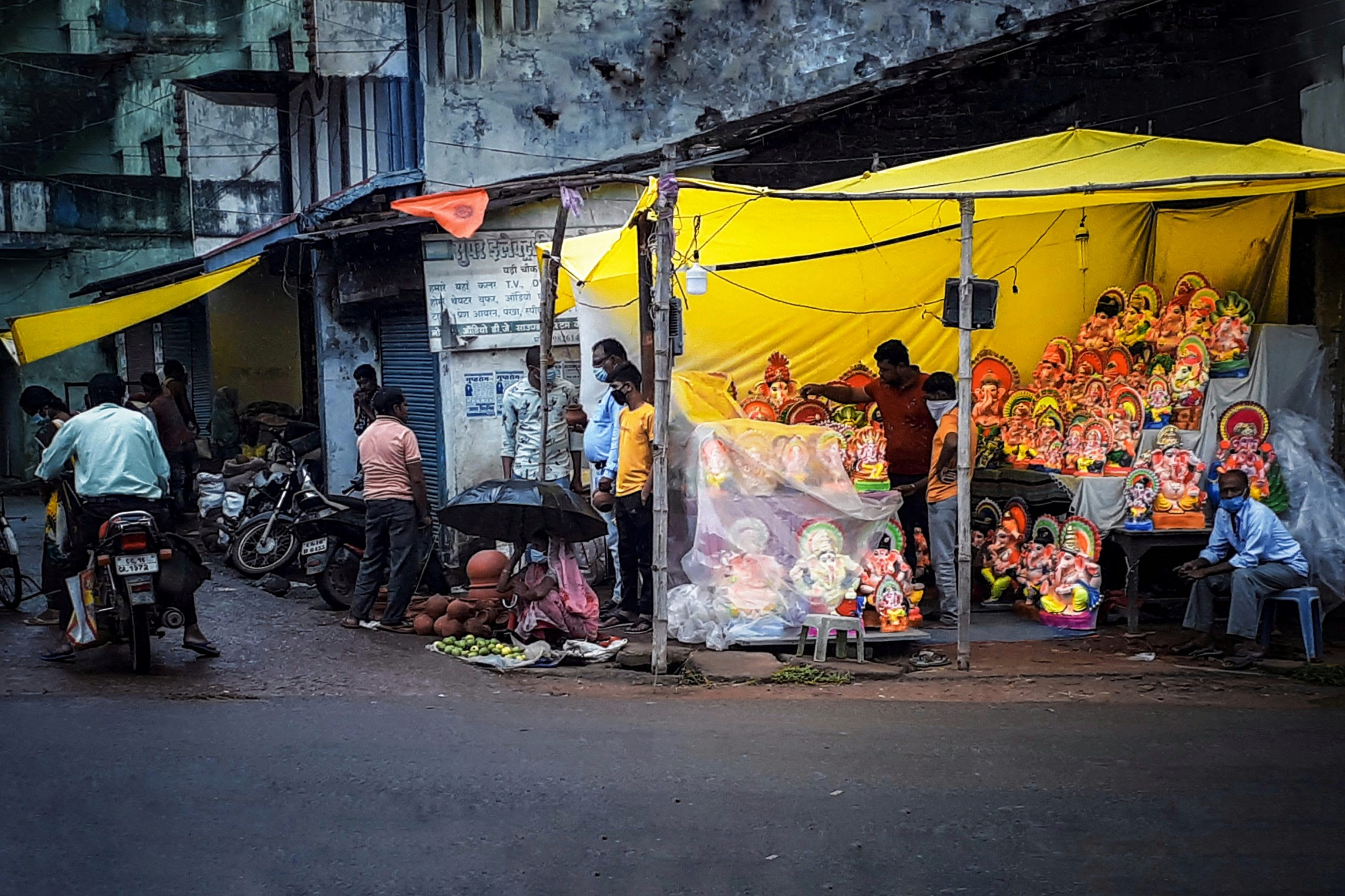 Ganpati statues shop beside a road