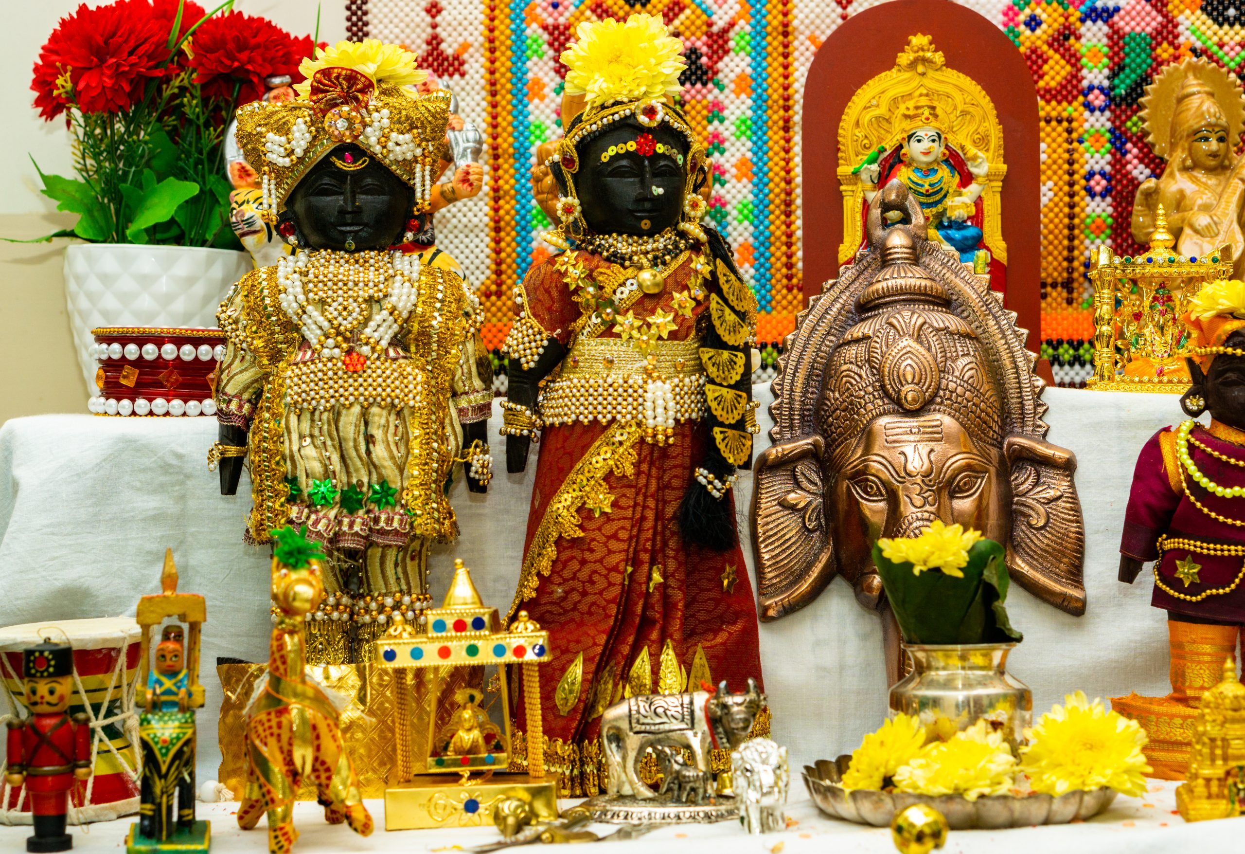 Idols arrangements in a temple