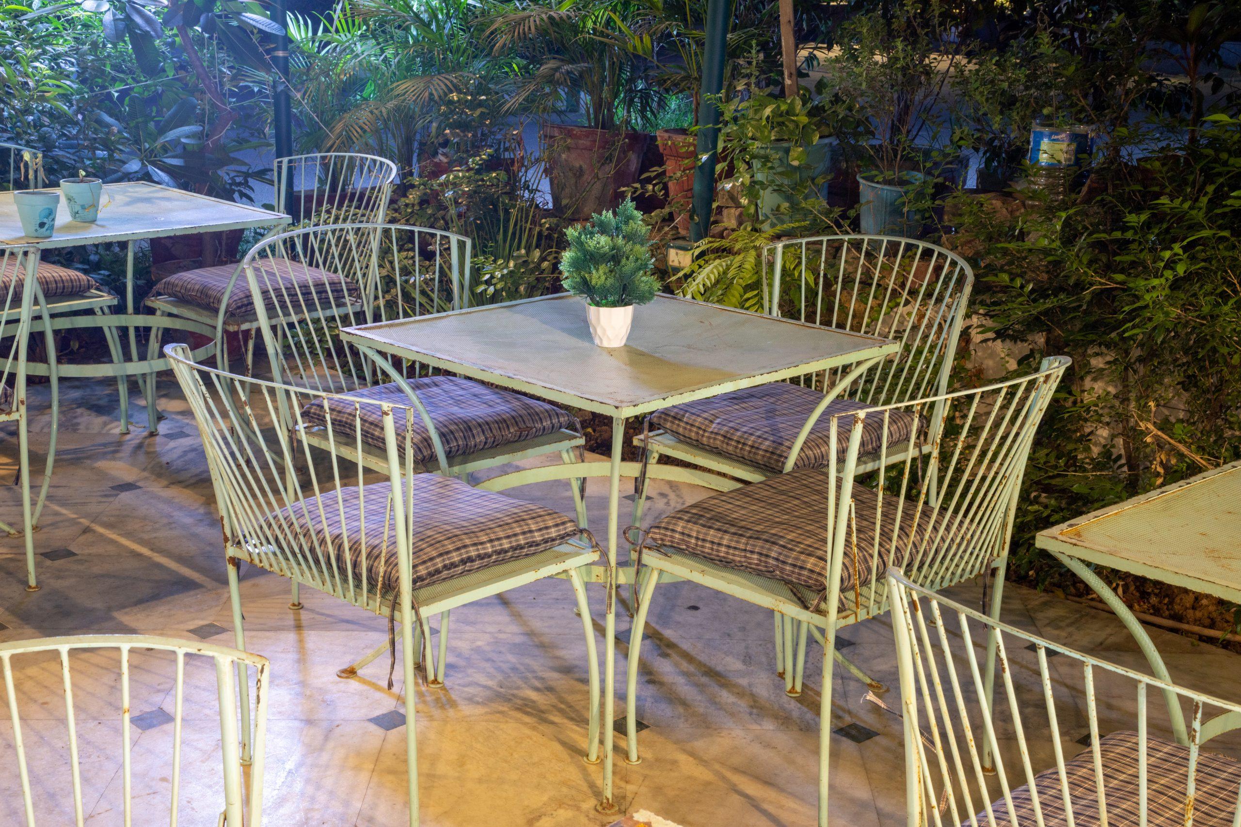 Restaurant dinning table