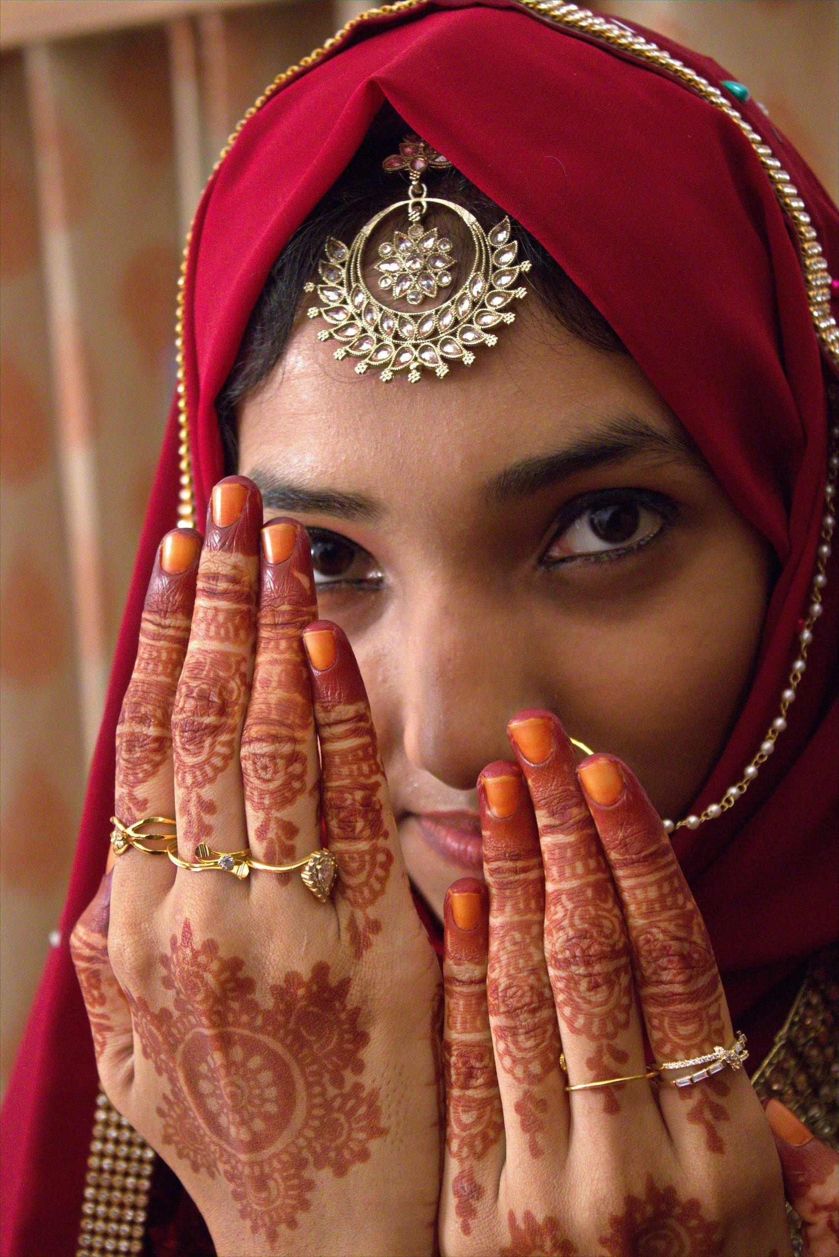 bride showing mehndi