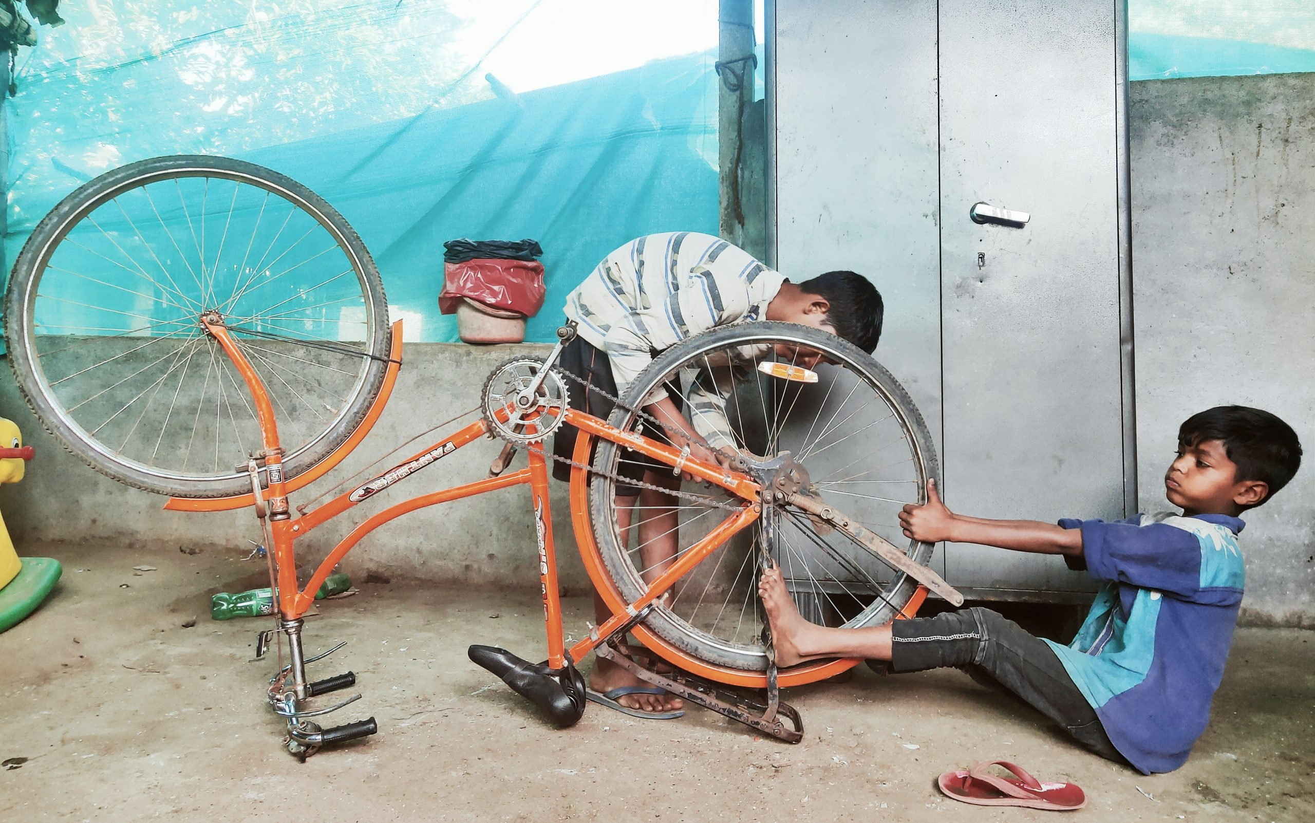 kids repairing cycle