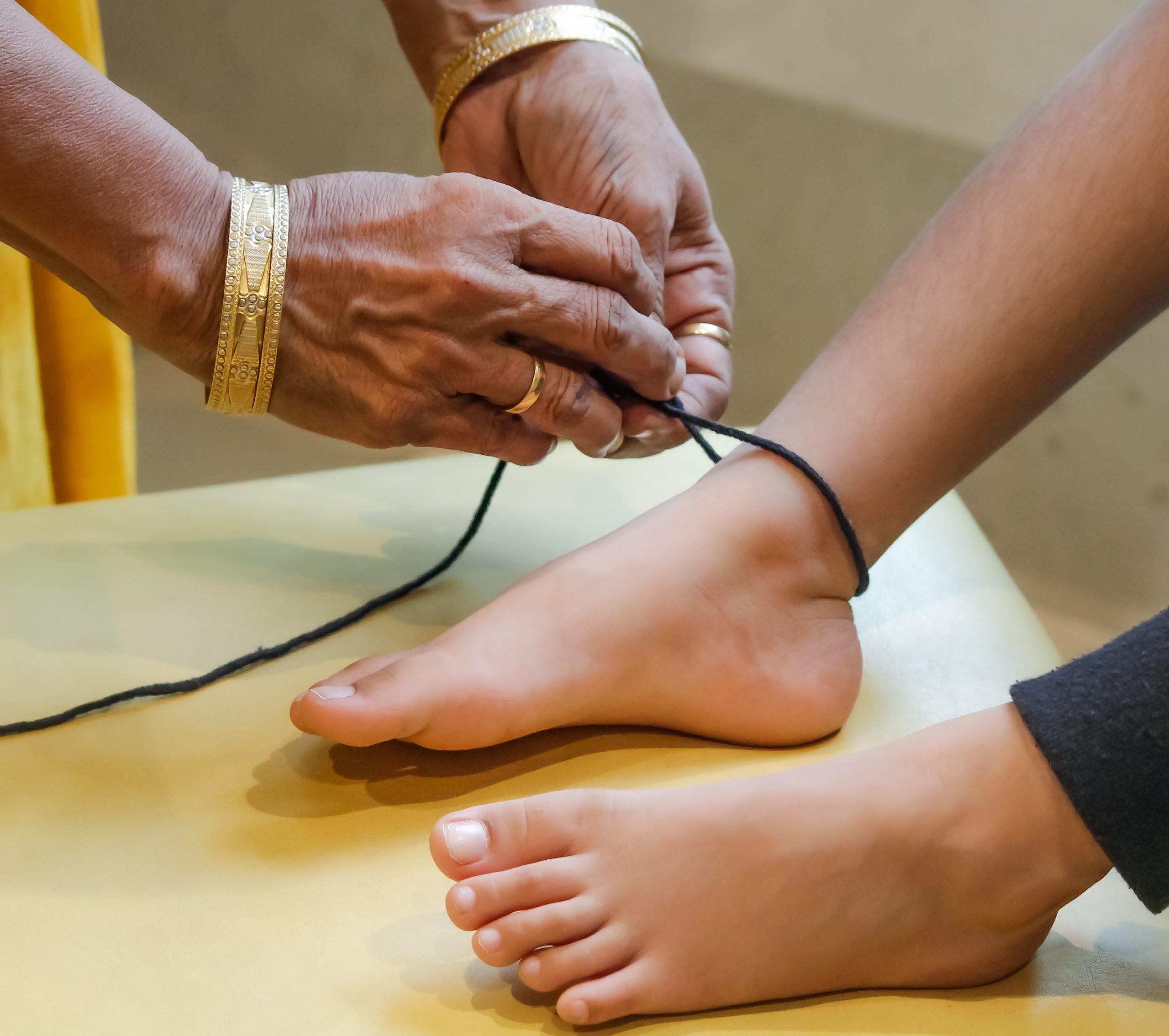 Tying a thread on feet
