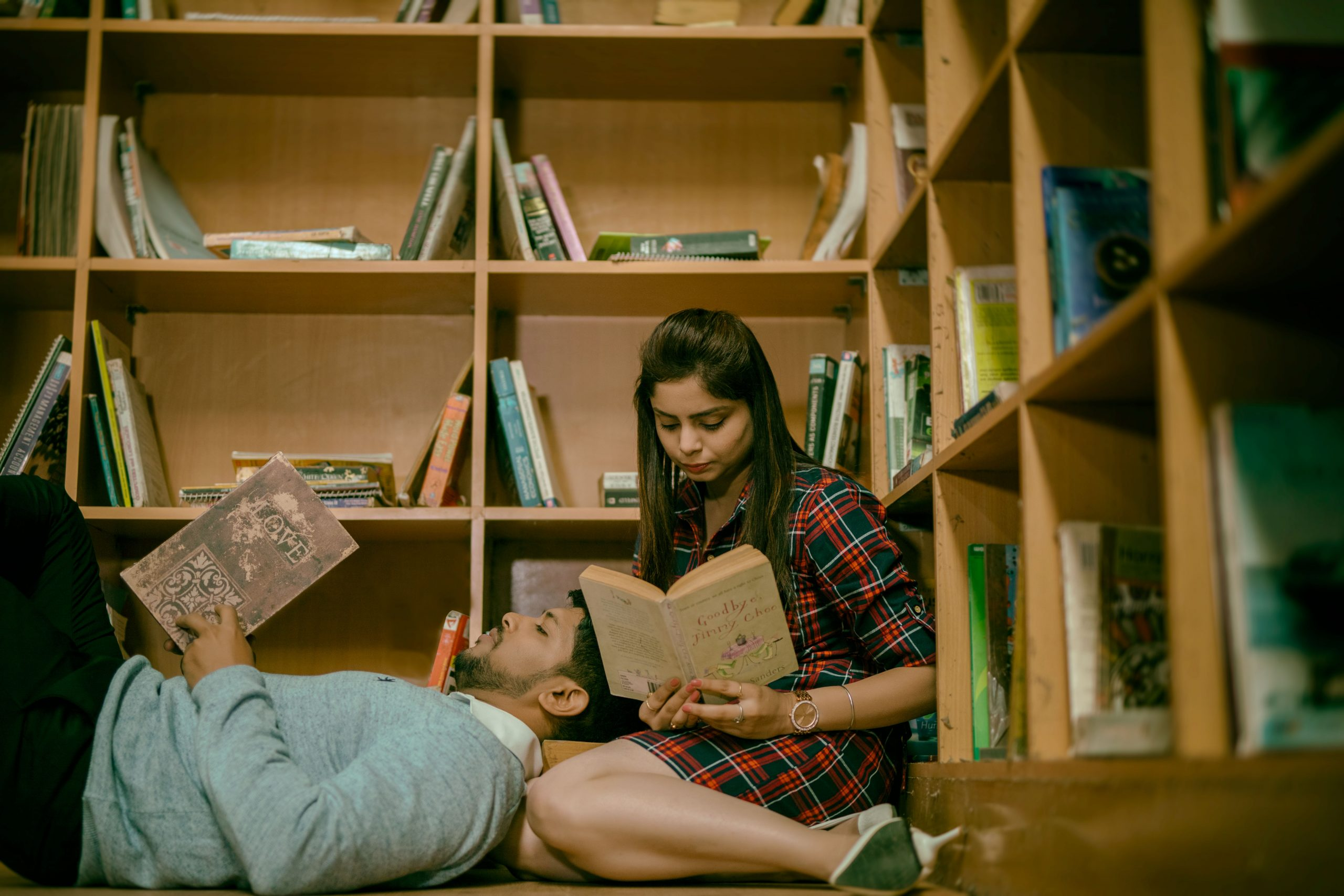 couple reading in library