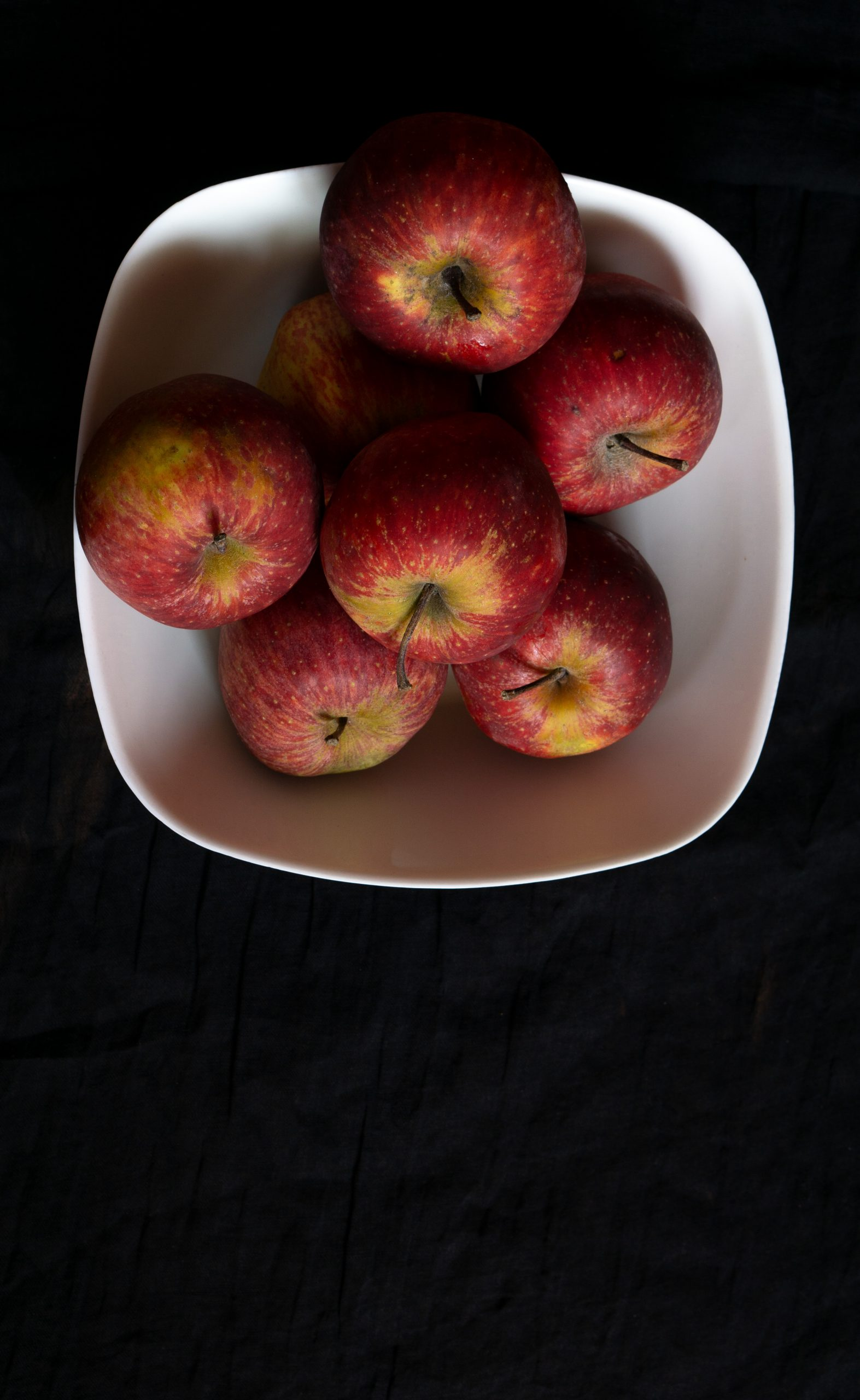 apples in a plate
