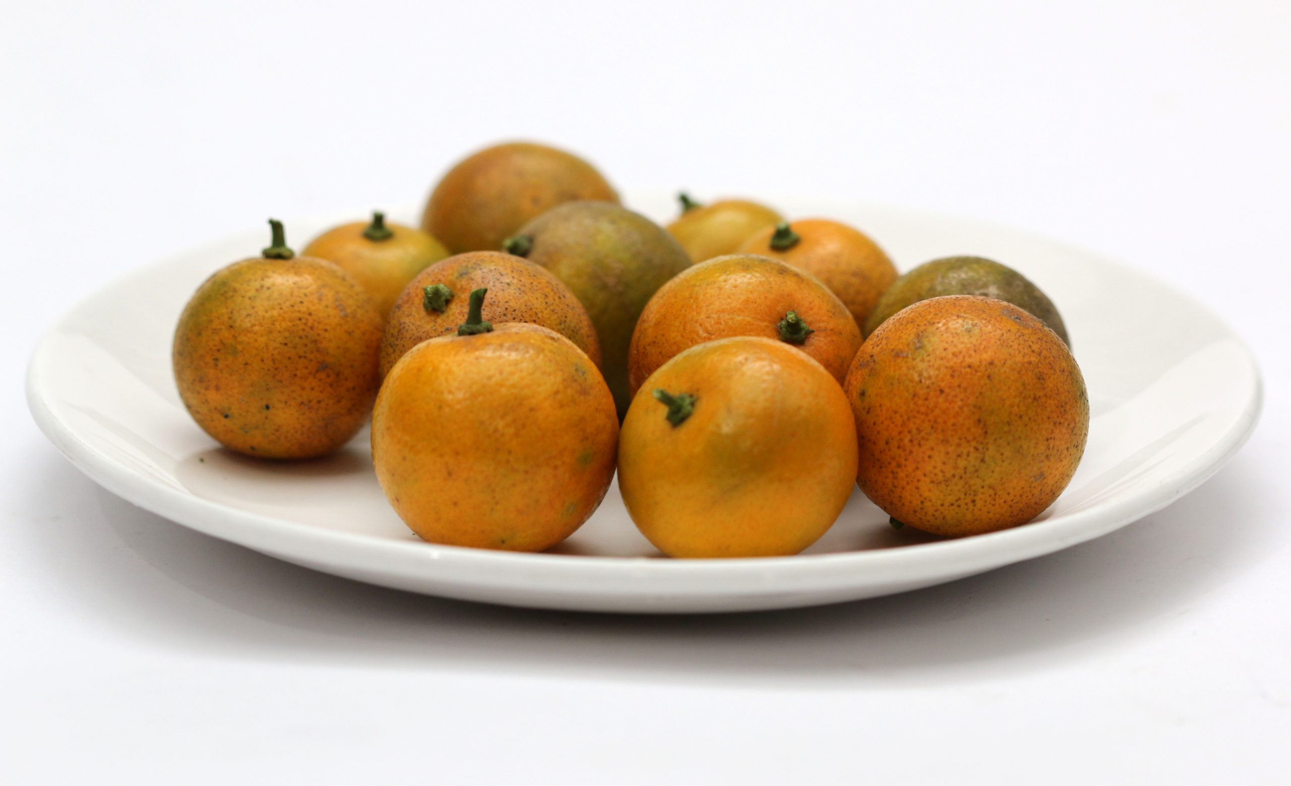 Small oranges in a plate