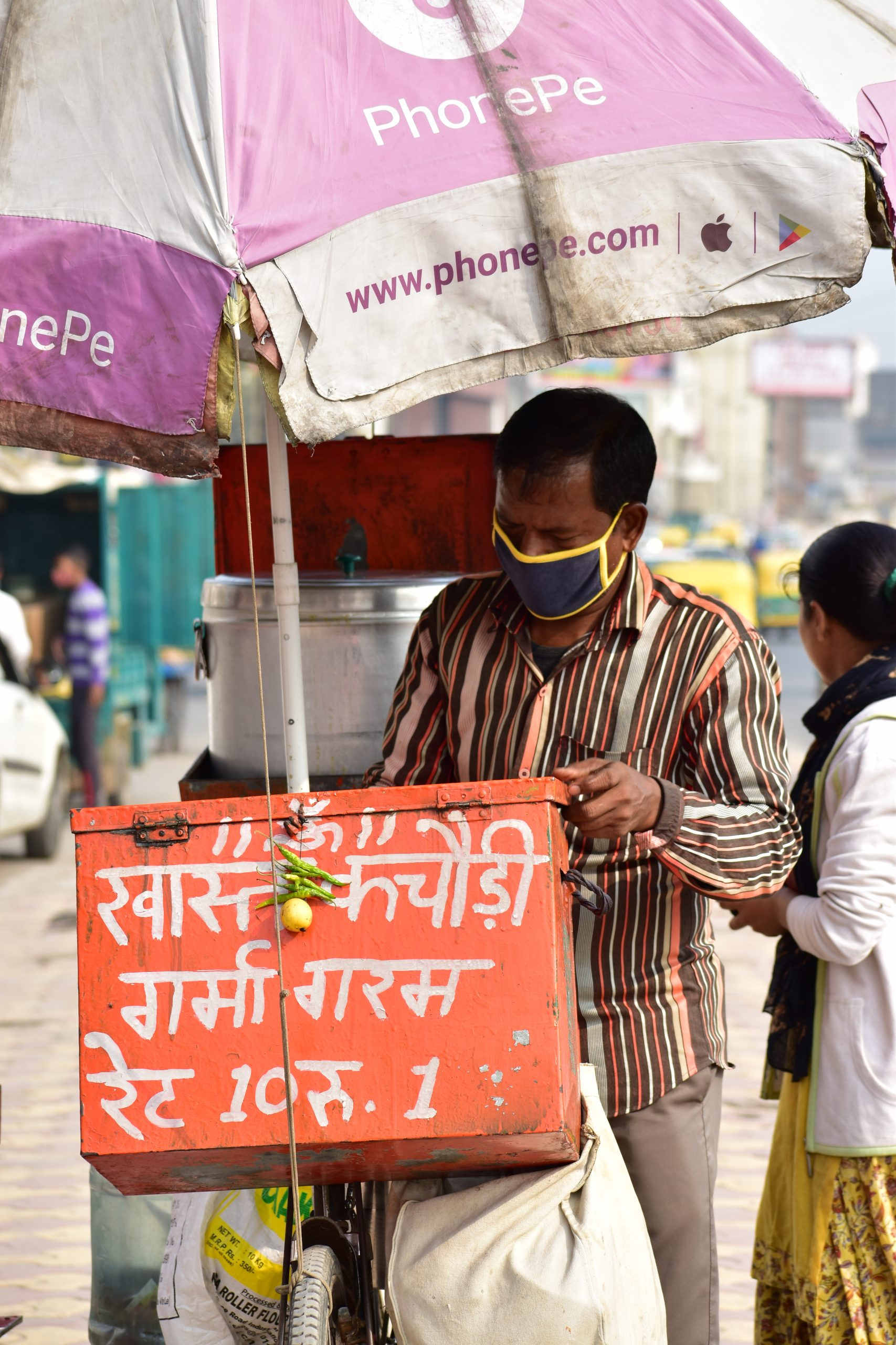 A guy selling kachoris on street