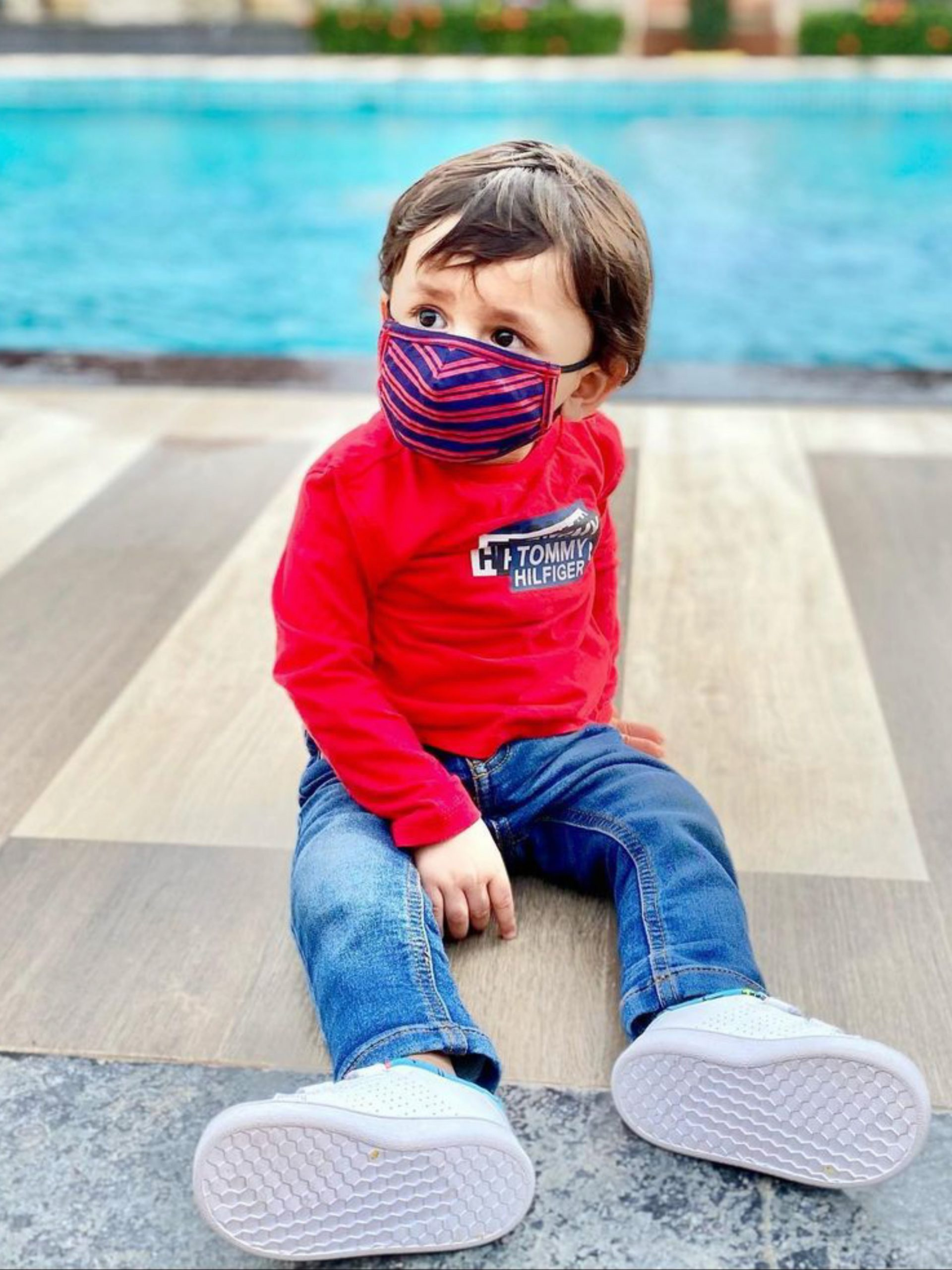 A kid with facemask