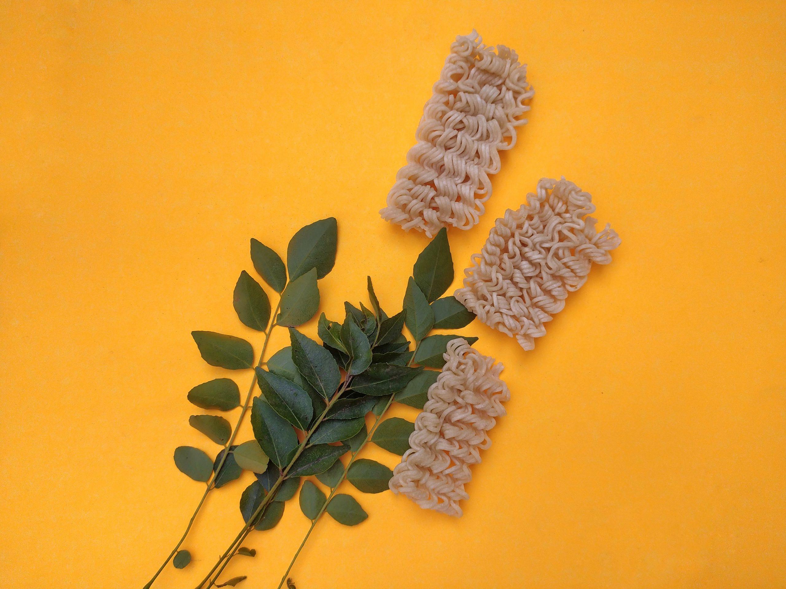 Noodles and Murraya koenigii leaves