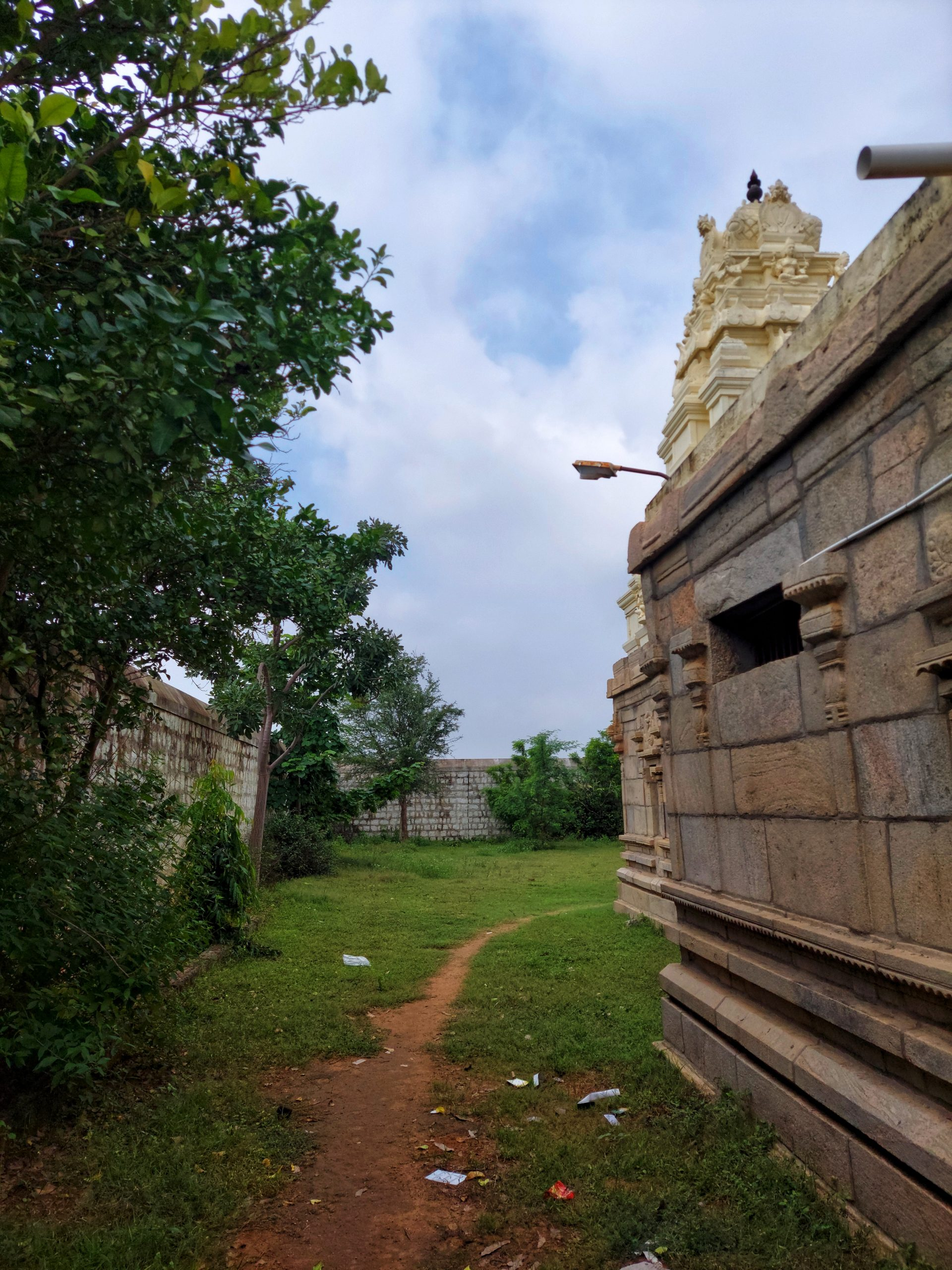 Trail toward hindu temple