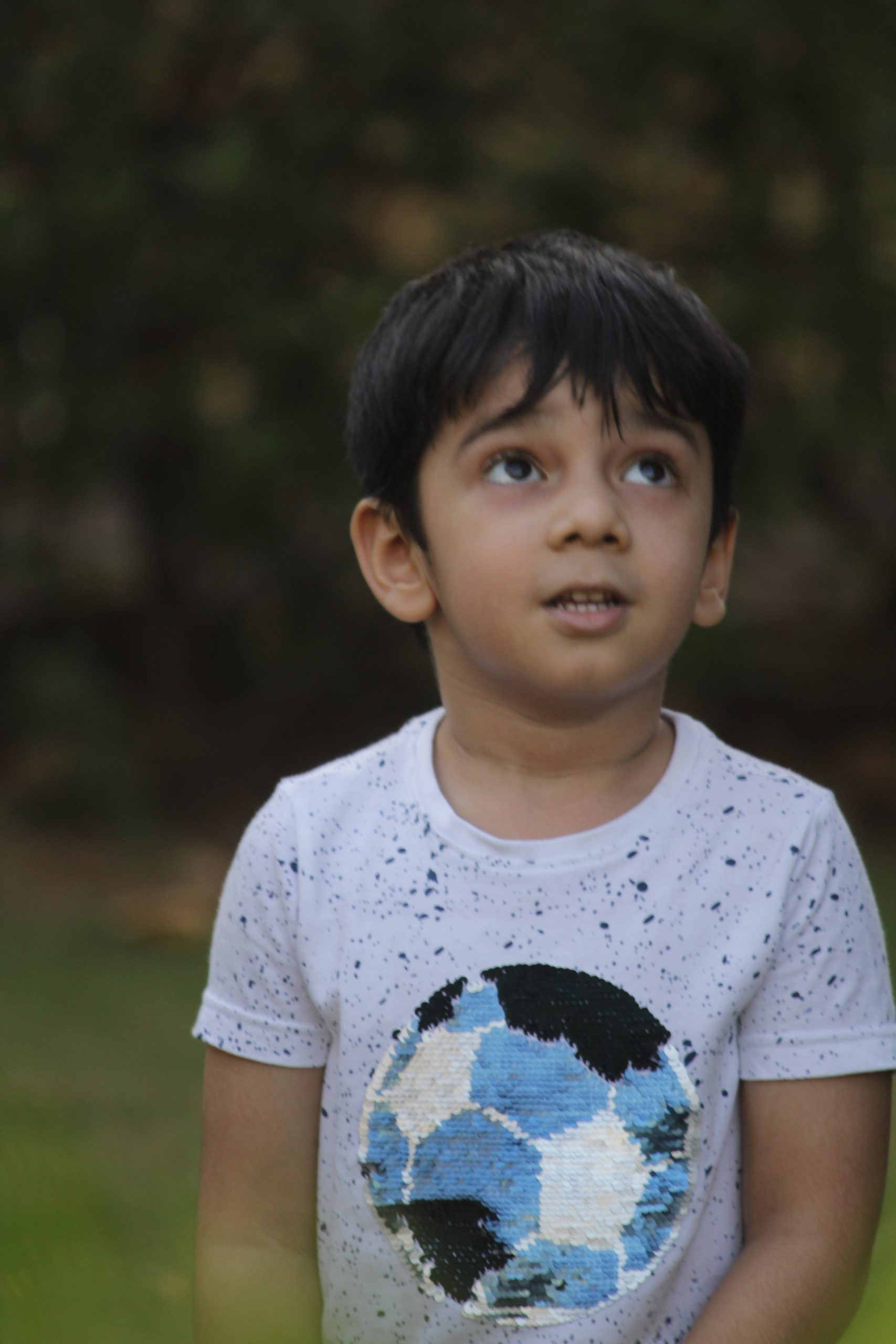 kid looking at the upward direction